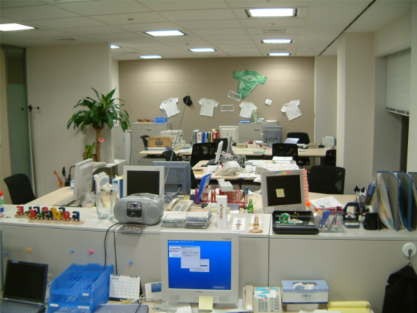 2001年のGoogle日本法人オフィス。社員が持参したCDラジカセがあったり、壁にはロゴ入りのTシャツが貼られたりしていた