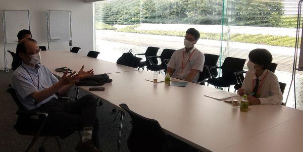 村上陸太技術本部長(左)ら竹中幹部と懇談する浅倉さんたち