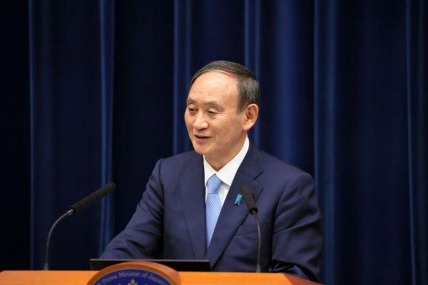 記者会見で自民党総裁選に出馬するかどうかを問われ、笑みを浮かべて答える菅義偉首相=2021年8月17日午後9時45分、首相官邸、上田幸一撮影