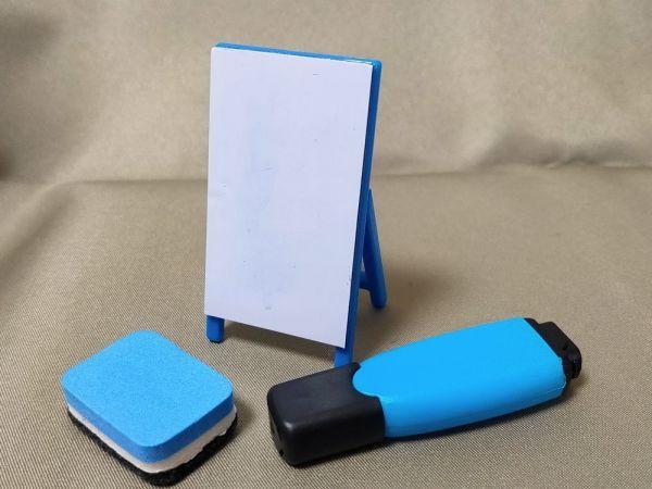 ホワイトボード仕様の看板はペンで書き込むこともできる