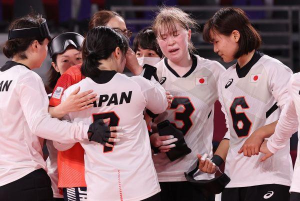 女子準決勝でトルコ戦に敗れ、声を掛け合う欠端瑛子選手(右から2人目)ら日本の選手たち=2021年9月2日、幕張メッセCホール、矢木隆晴撮影