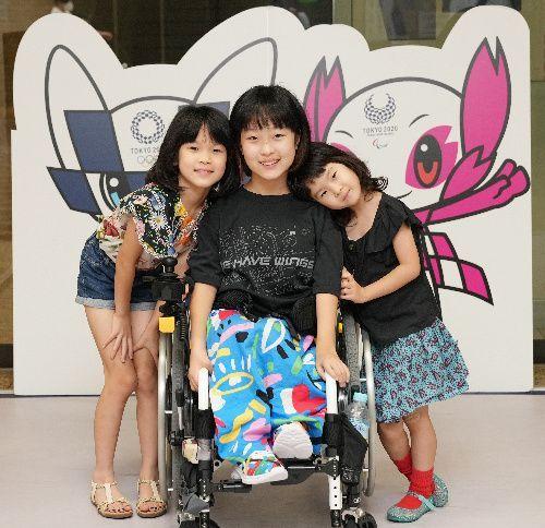 パラリンピックの開会式に出演した和合由依さん(中央)。一緒に写るのは次女の凜さん(左)、三女の肖夏さん=2021年8月26日、東京都中央区、池田良撮影