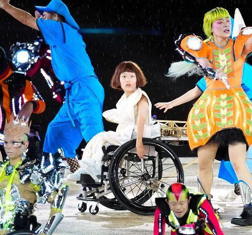 パフォーマンスを披露する和合由依さん(中央)=2021年8月24日、国立競技場、遠藤啓生撮影
