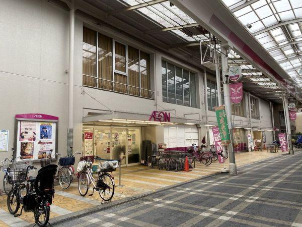 1975年開業のイオン八尾御坊駅前店。商店街アーケードに面した、昔ながらの店舗スタイル