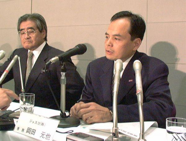 イオンの次期社長に内定し、記者会見する岡田元也専務(右)と岡田卓也会長=1997年6月、肩書はいずれも当時