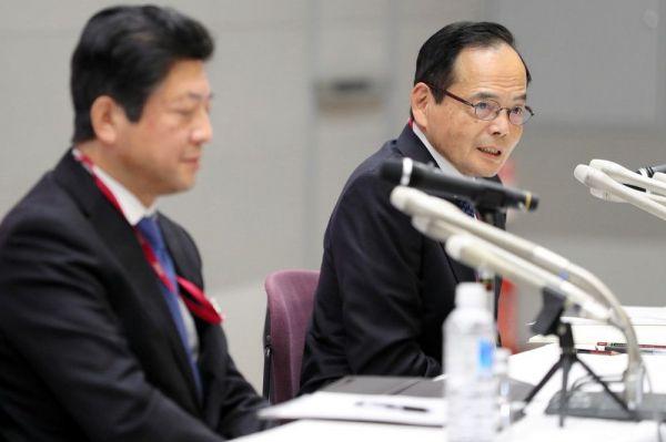 記者会見するイオンの岡田元也社長(右)と、次期社長となる吉田昭夫副社長=2020年1月、肩書はいずれも当時