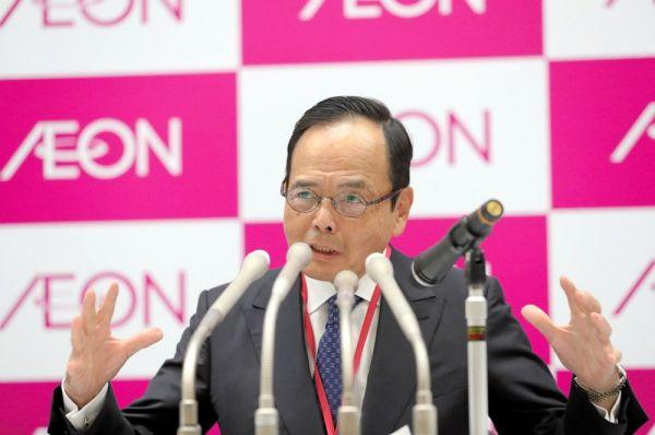 記者会見するイオンの岡田元也社長(当時)。積極的なM&Aでグループを拡大させた=2020年1月