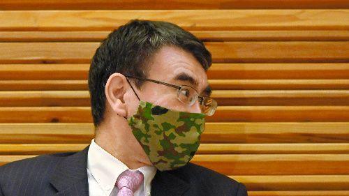 迷彩柄のマスクで閣議に臨む河野太郎行政改革相=2021年3月26日午前8時10分、首相官邸、恵原弘太郎撮影