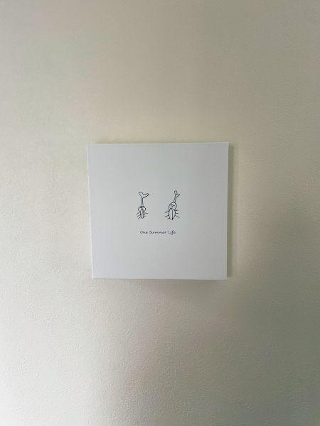 遠山貴史さんの長男が描いたイラスト。2カ月ほど共に過ごしたカブトムシが死んだ際、追悼の思いで手掛けた一枚をパネル化した。