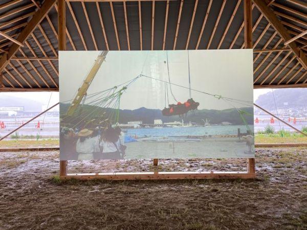 引き上げられた港近くの建物で公開されている映像作品「Surface [2021]」。女川の住民と一緒に海底に沈む車を引き上げている様子が映し出されている。