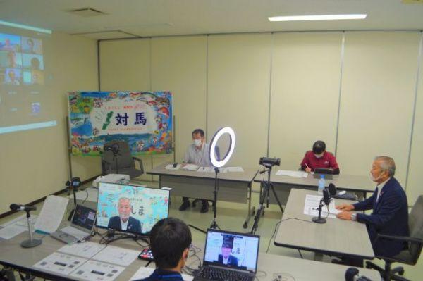 対馬グローカル大学開講のあいさつをする「学長」の比田勝尚喜・対馬市長(右端)=2020年9月