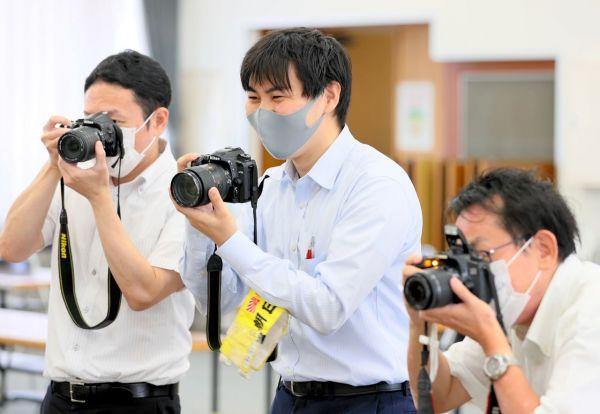 写真撮影する前田健汰記者=2021年10月1日午前11時5分、山口県防府市、金子淳撮影