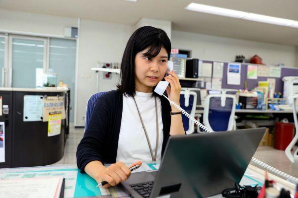 総局で電話対応する太田原奈都乃記者=2021年10月1日午後0時46分、山口市、金子淳撮影