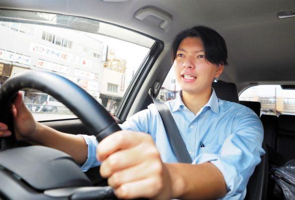 運転する長妻昭明記者=2021年9月30日午後1時0分、熊本市、藤脇正真撮影