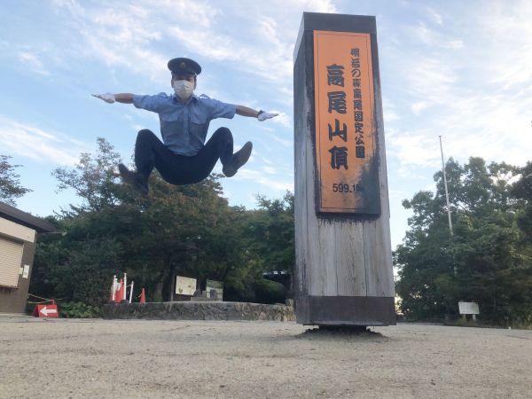 高尾山の山頂でジャンプする竹田知生さん。標高599mなので、ジャンプして600mをアピールしています
