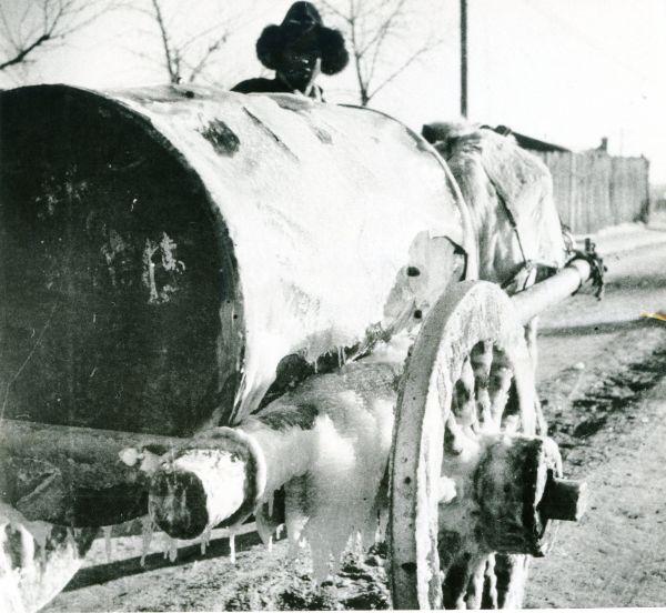 極寒のハイラルで凍った水運搬車=1940年