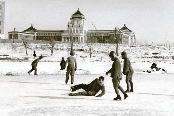 新京の満州国国務院は日本の国会議事堂を参考にして建造された。その前のリンクで思い思いにスケートを楽しむ人たち