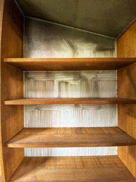 業者によって片付けられ、空っぽになった本棚に残った、「亡霊たち」