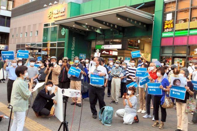 れいわ新選組の山本太郎代表が衆院東京8区に「野党統一候補」を前提に突然、立候補を表明したことに抗議する市民たち=2021年10月10日午後、東京都杉並区、南彰撮影