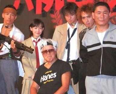 「バトル・ロワイアル」製作発表時。左から山本太郎さん、前田亜季さん、深作欣二監督、藤原竜也さん、安藤政信さん、ビートたけしさん=2000年8月