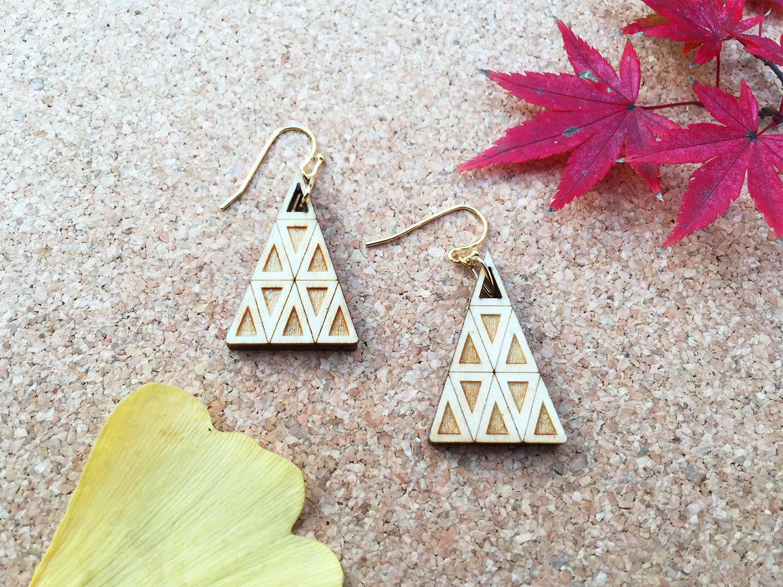 木のピアス/木の三角形/木のイヤリング