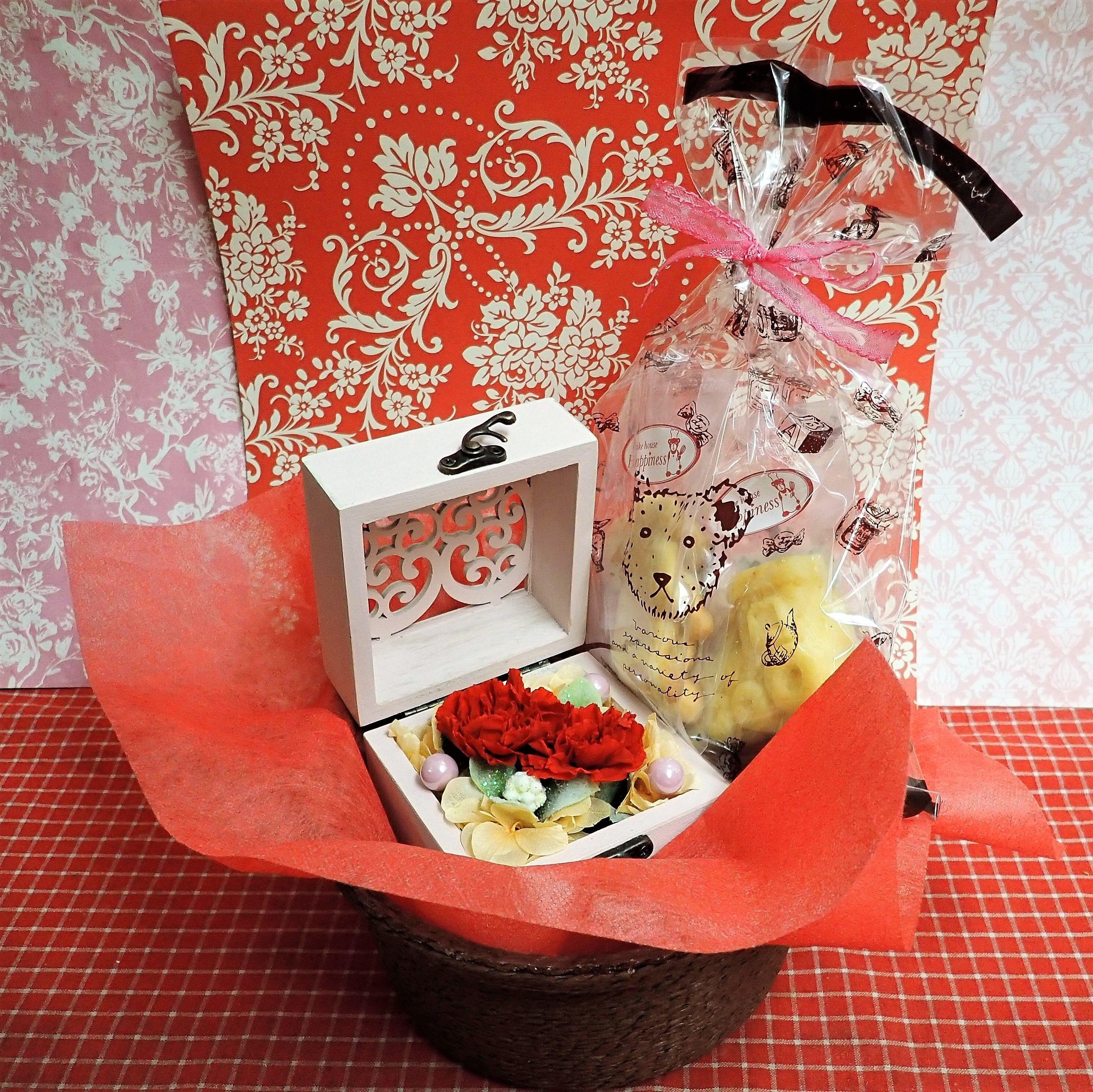 ハート柄の木箱にアレンジしたカーネーションのプリザーブドフラワーと野菜や果物を使った焼き菓子2袋のギフトセット♪
