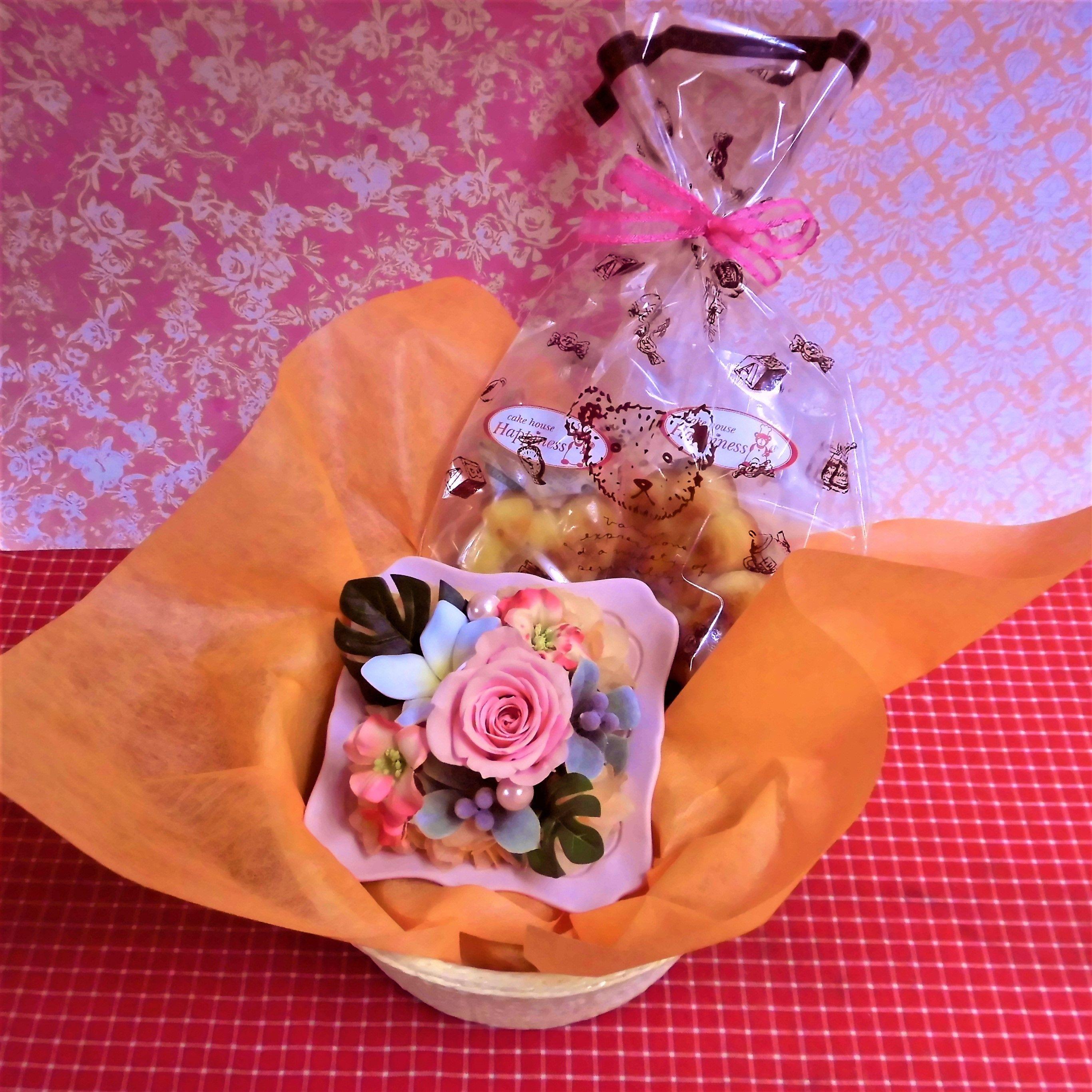 シャーベットカラーのフレームにアレンジした薔薇のプリザーブドフラワーと野菜や果物を使った焼き菓子2袋のセット♪