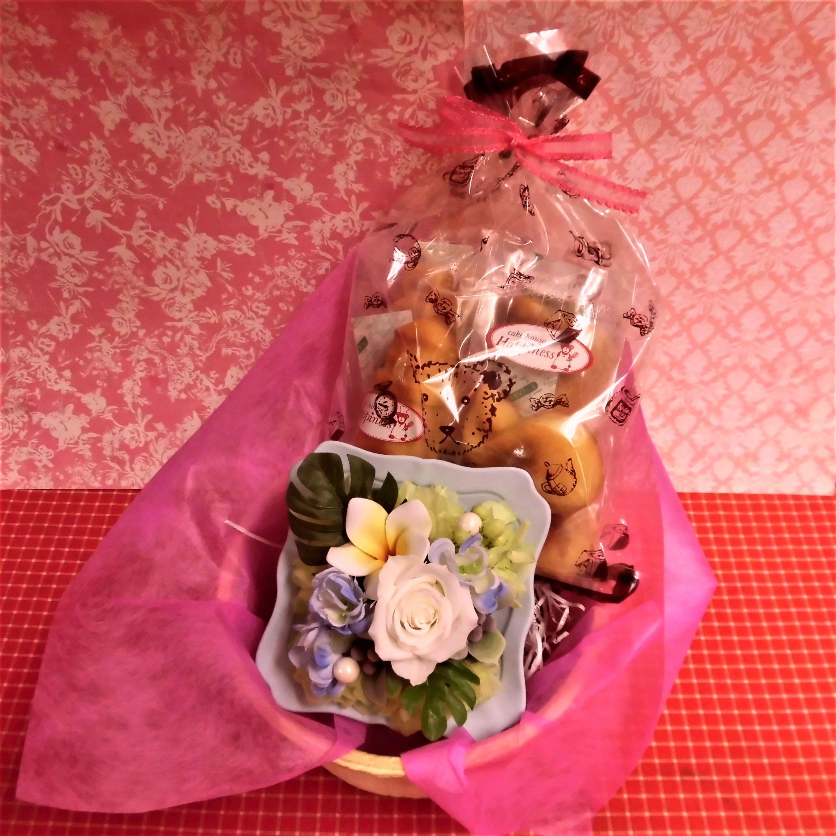 シャーベットカラーのフレームにアレンジした薔薇のプリザーブドフラワーと野菜や果物を使った焼き菓子8袋のセット♪  のコピー  のコピー