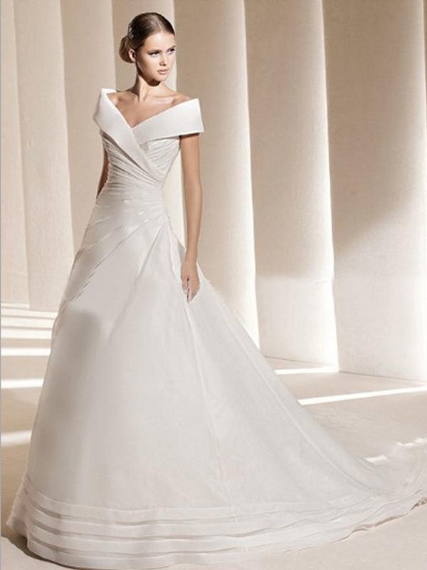 リボン調デザインのプリンセスラインウェディングドレス