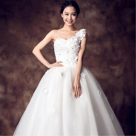 フラワーデザインのワンショルダーウェディングドレス