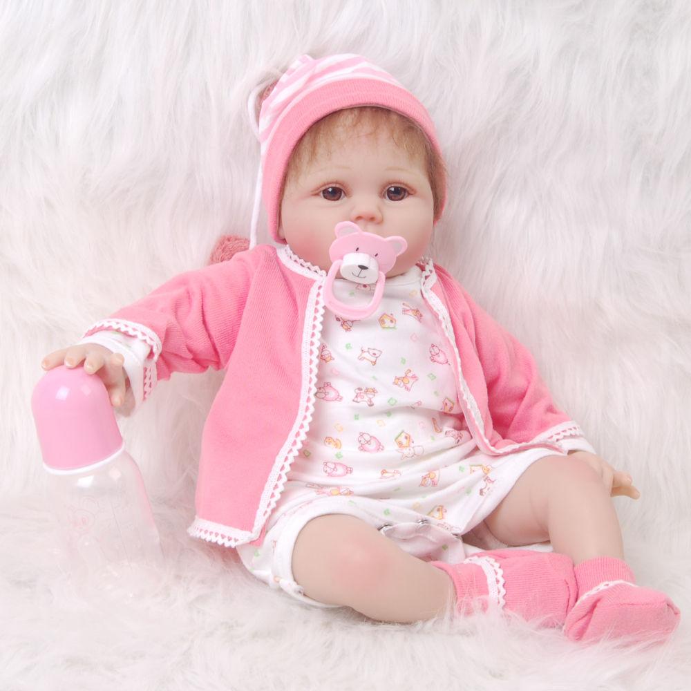 リボーンドール リアル赤ちゃん人形 本物そっくり かわいいベビー人形 ハンドメイド海外ドール 衣装と哺乳瓶・おしゃぶり付き ブラウンアイ ピンクのお帽子 優しいお顔の女の子