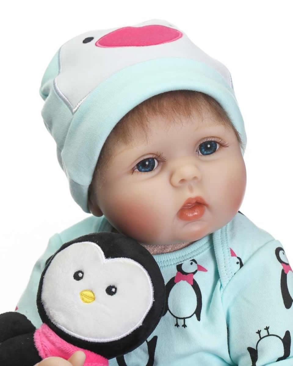 リボーンドール リアル赤ちゃん人形 本物そっくり かわいいベビー人形 ハンドメイド海外ドール 衣装と哺乳瓶・おしゃぶり付き ペンギンと一緒 お目目ぱっちり優しいお顔の乳児ちゃん
