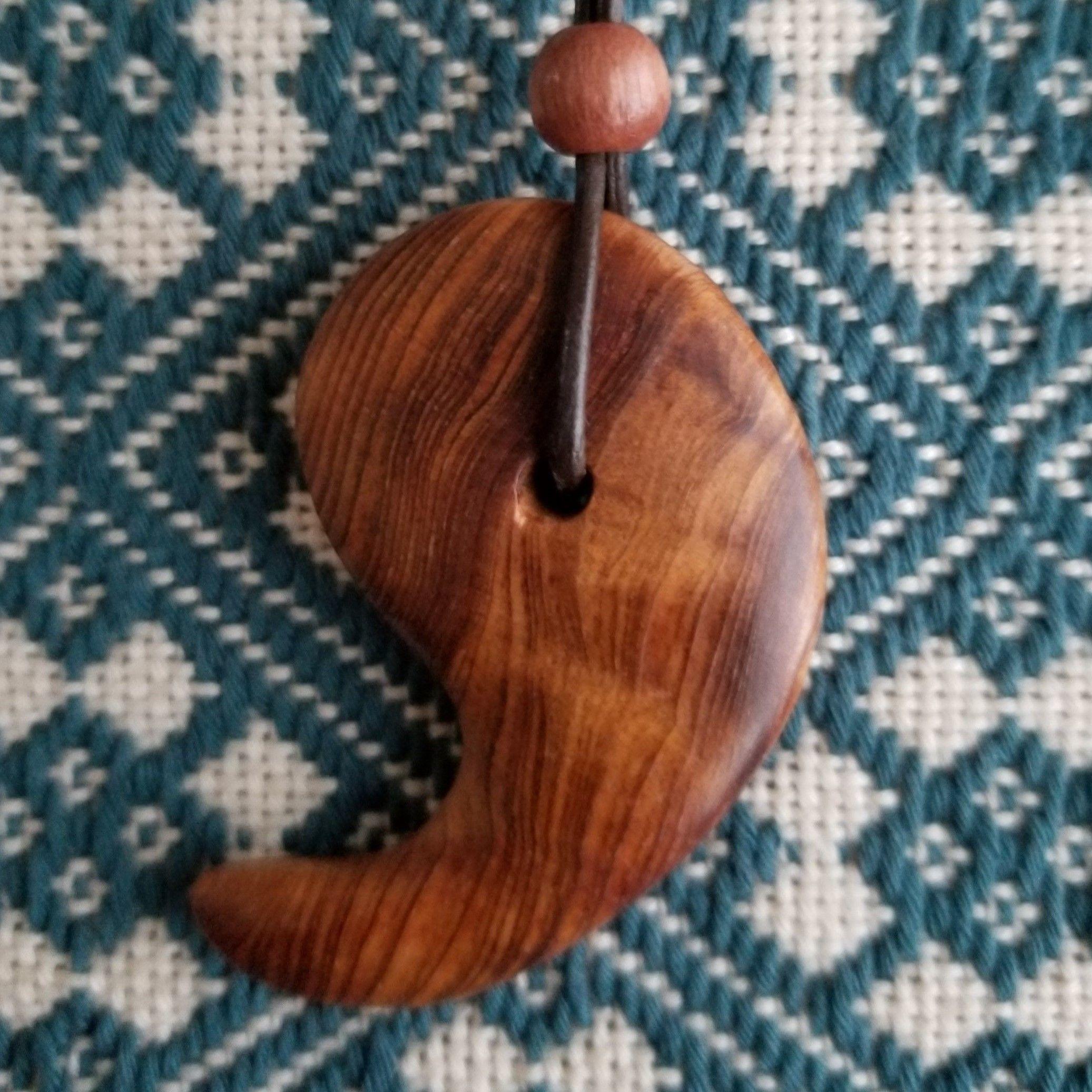屋久杉 勾玉薄型ネックレス 天然木 無垢 お守り木札