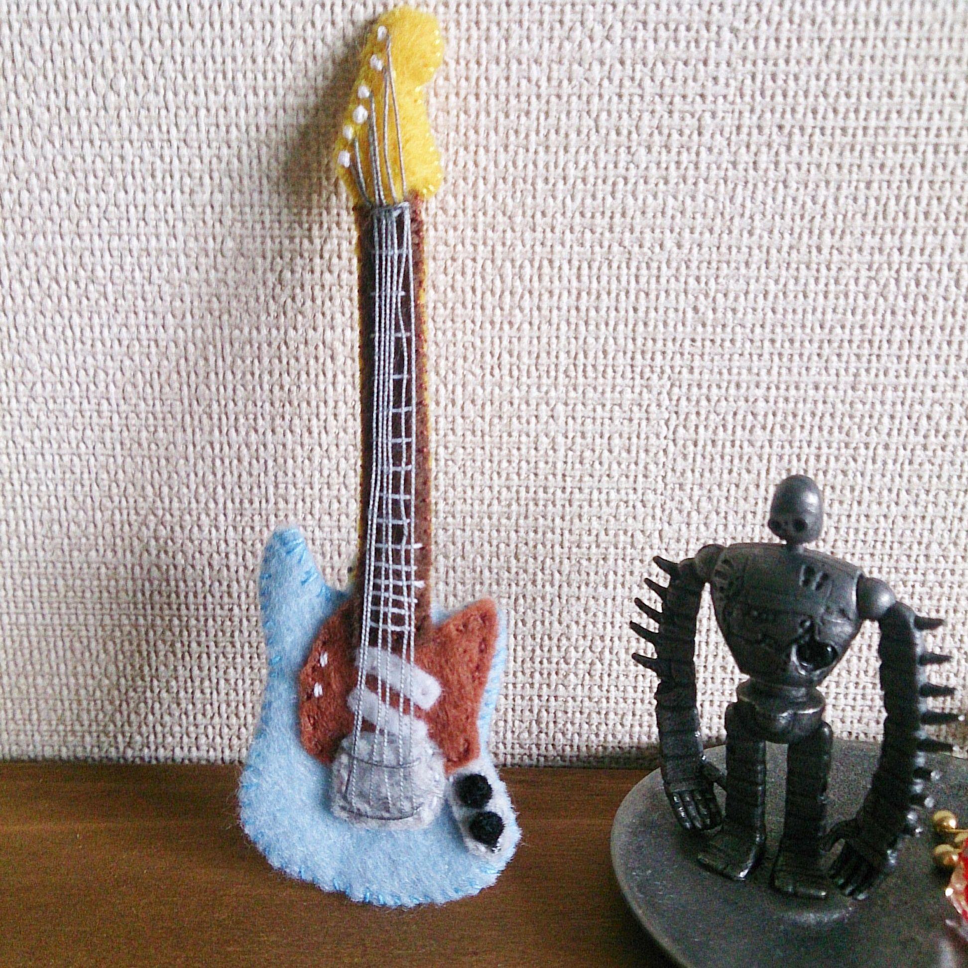 フェルトのギターブローチ(ムスタング)