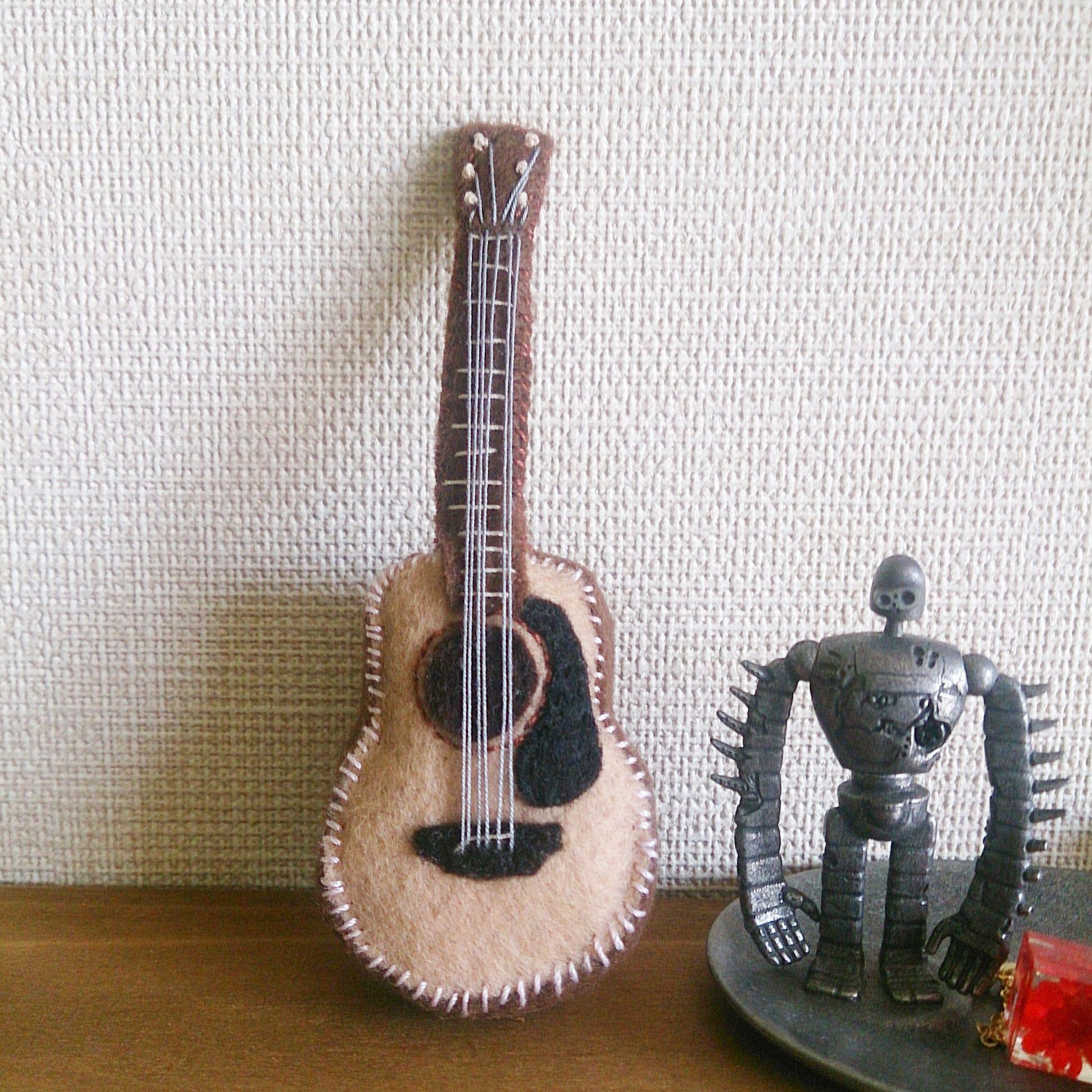 フェルトのギターブローチ(アコースティックギター)(立体)