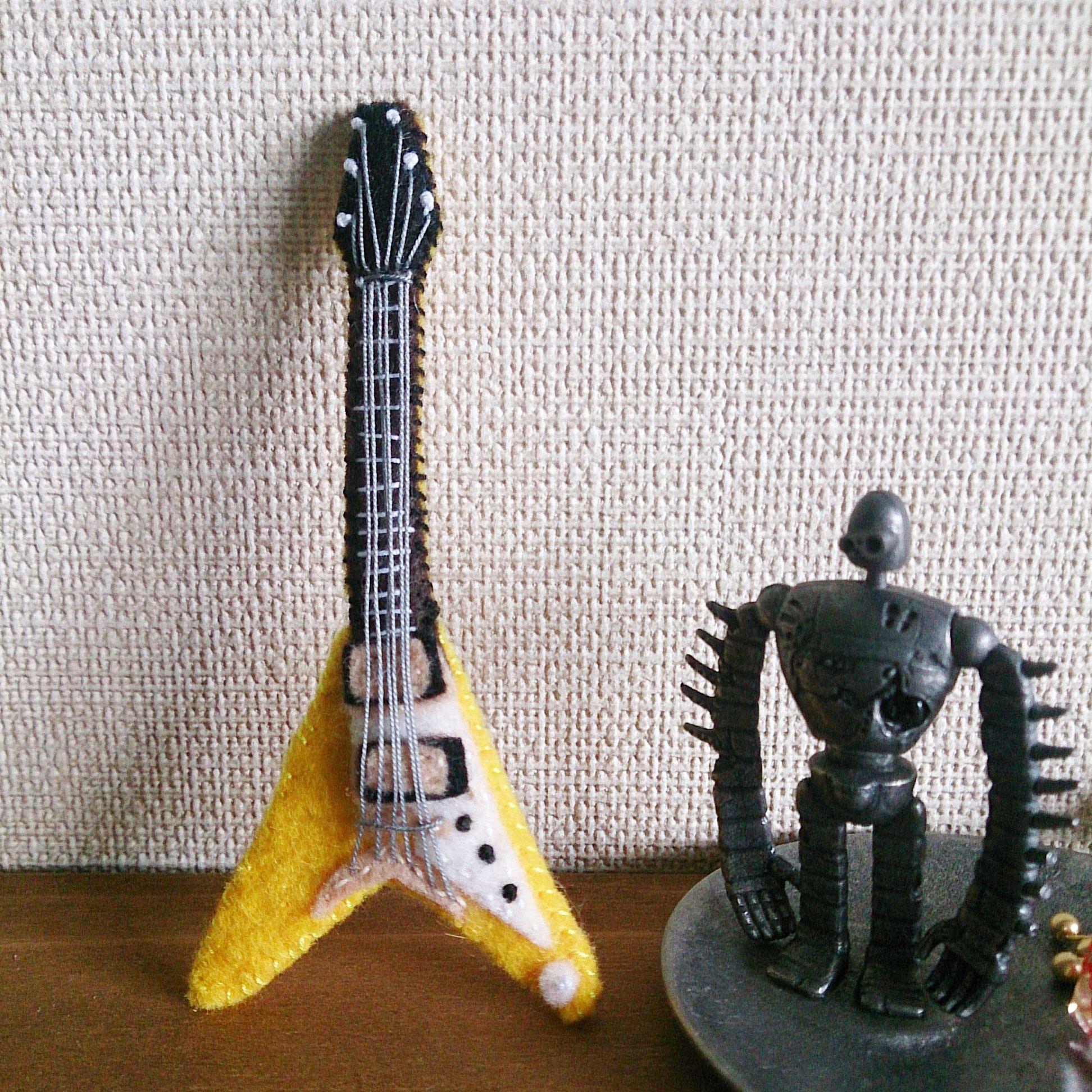 フェルトのギターブローチ(フライングV)