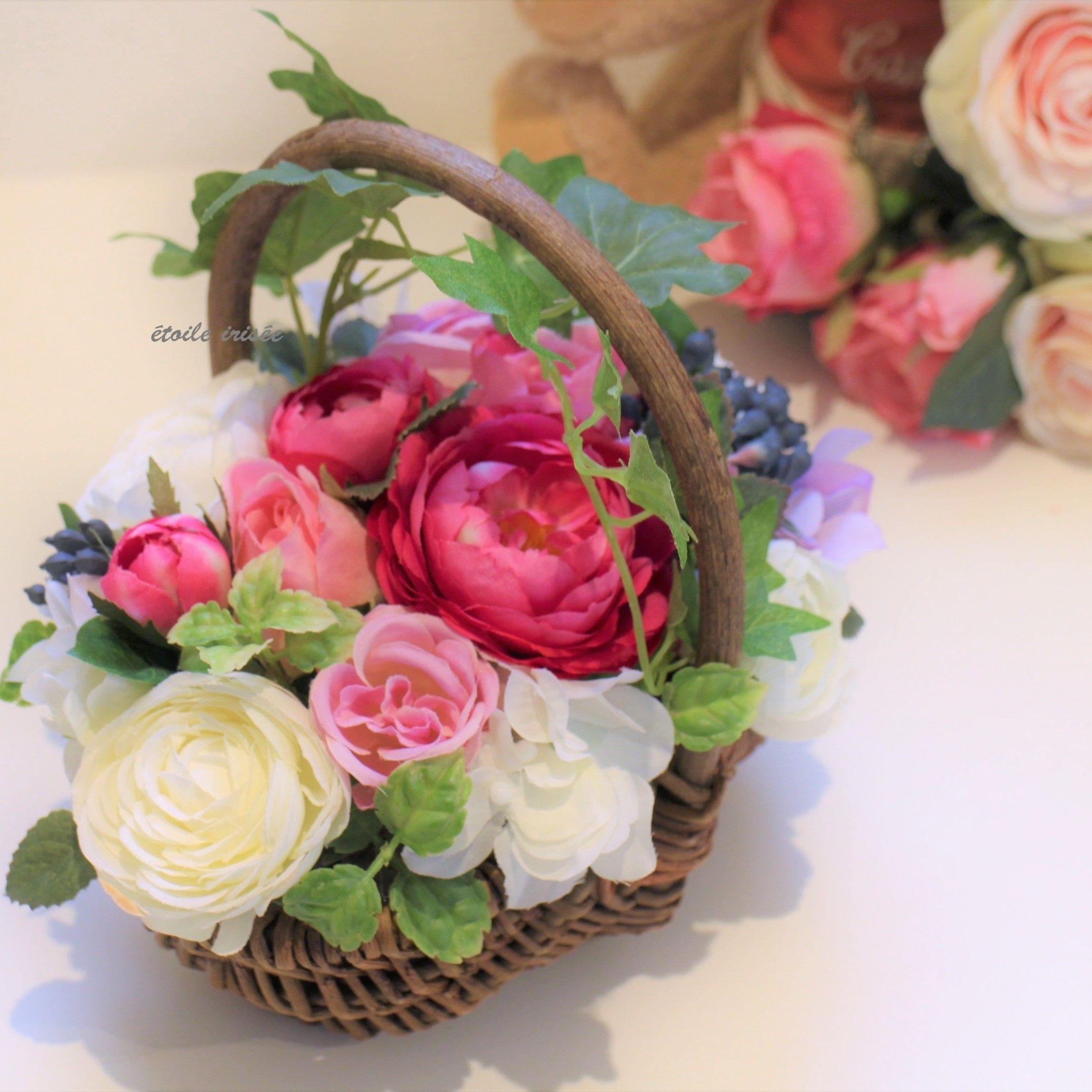 ピンクと白のバラのカゴアレンジ