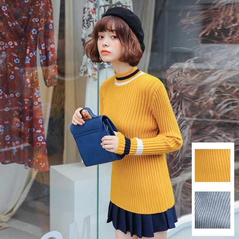 明るいカラーと、ハイネックがかわいい長袖セーター