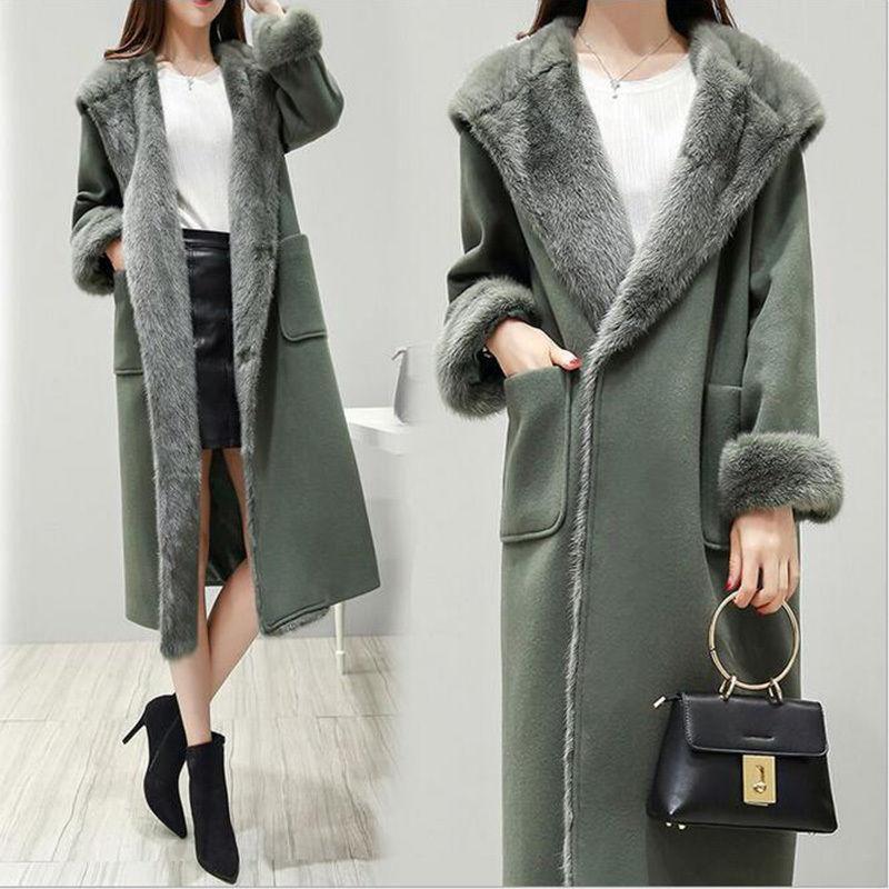 袖や襟にファーが付いた可愛いロング丈コート