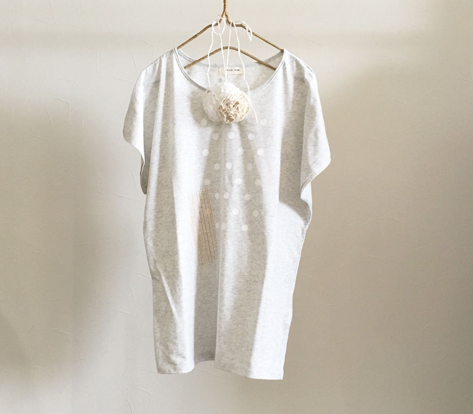 コットンフラワーコサージュ付きドルマンロングTシャツ
