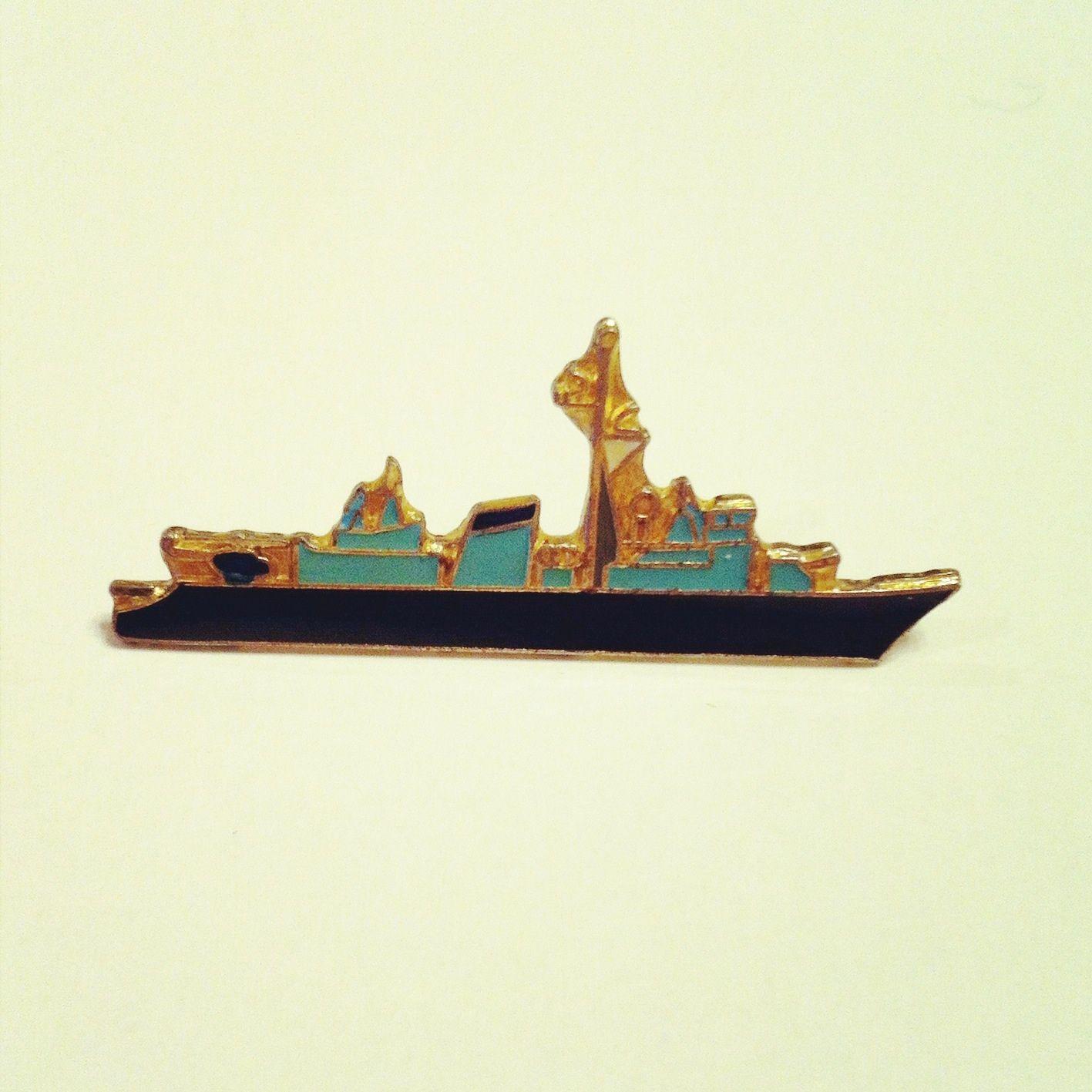 青い船のピンバッチ