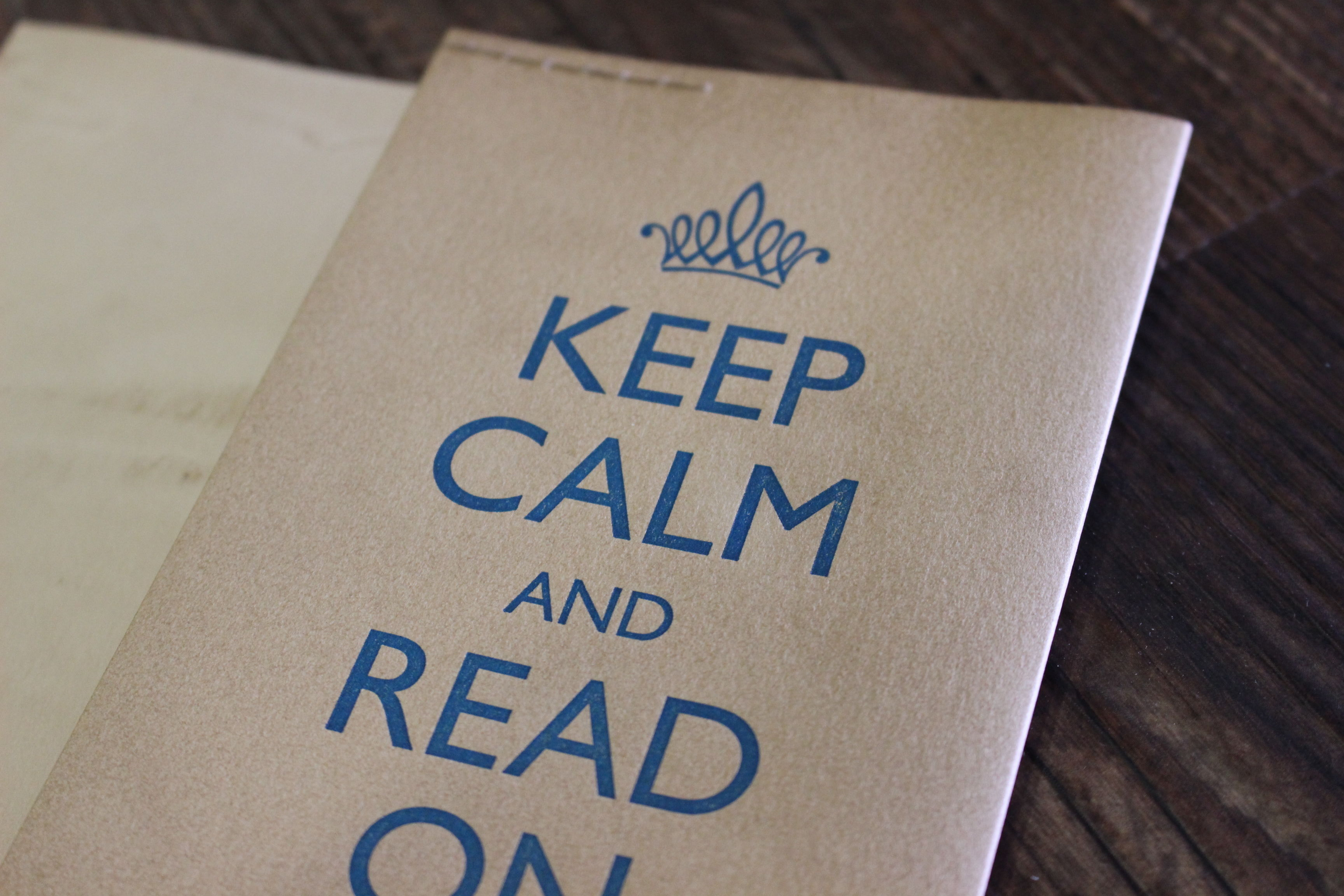 KEEP CALM AND READ ON  ブックカバー (blue)