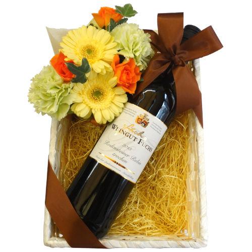 父の日 ワインとお花のギフト:フルーティー ドイツの白ワイン「ロデンシュタイナー・ゴールド・トロッケン」(750ml)、黄色とオレンジのフラワーアレンジメント