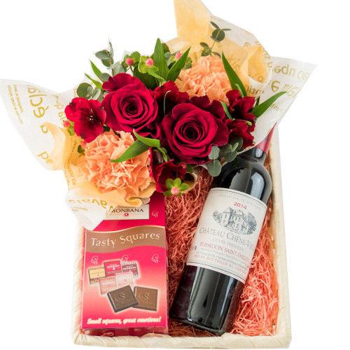赤ワイン ハーフボトル 375ml フランス産 チョコレート 生花 フラワーアレンジメント 赤バラ カーネーション ギフトバスケット 誕生日 お祝い 敬老の日