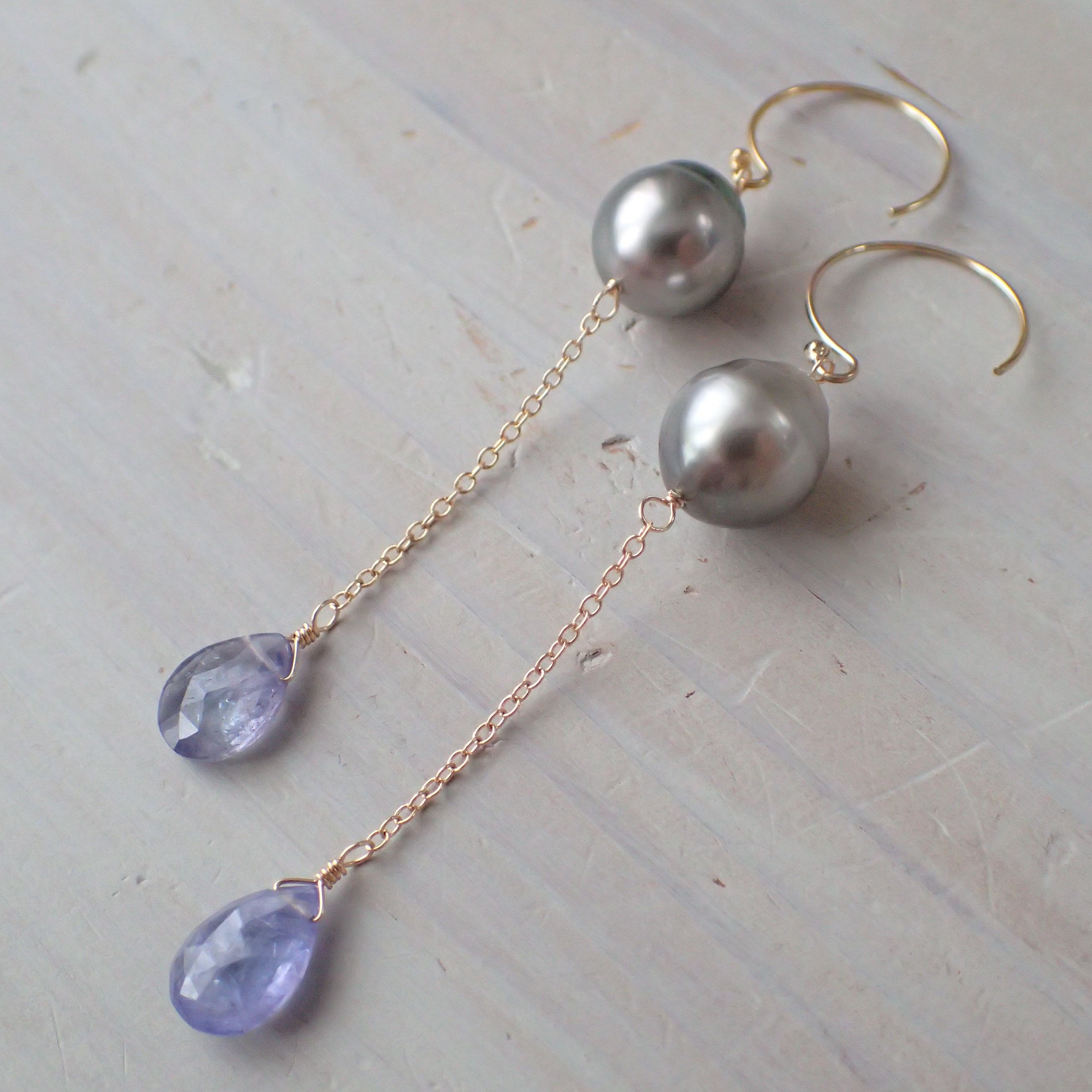 K14GF tanzanite & tahitian pearl pierce