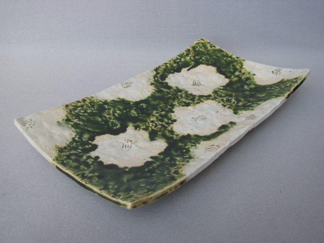 織部椿紋足付俎(まないた)皿