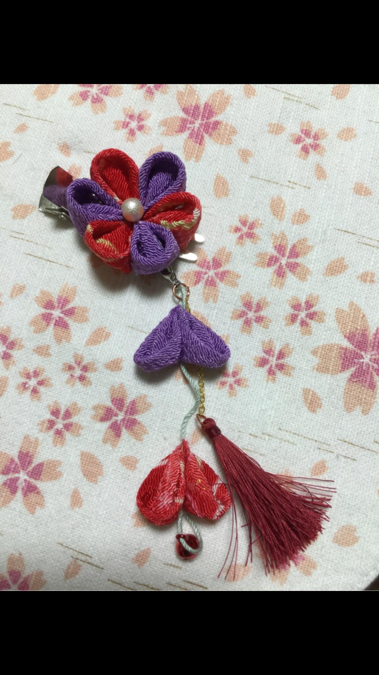 赤紫のつまみ細工とタッセルの髪留め
