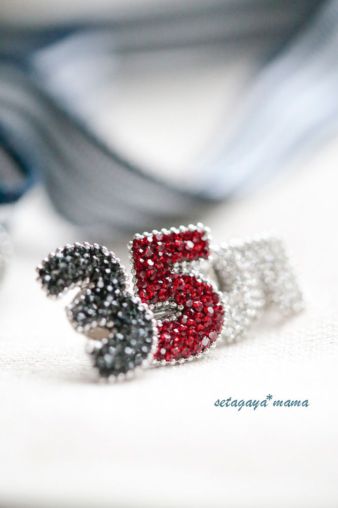 胸元にキラリと ラペルラのスワロフスキー・Numero Pins  数字のユニセックスピンバッチ