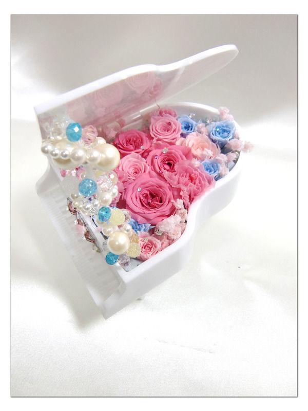 【プリザーブドフラワー/グランドピアノシリーズ】白いピアノの調べに乗せてピンクの薔薇とブルーの薔薇と紫陽花のハーモニー