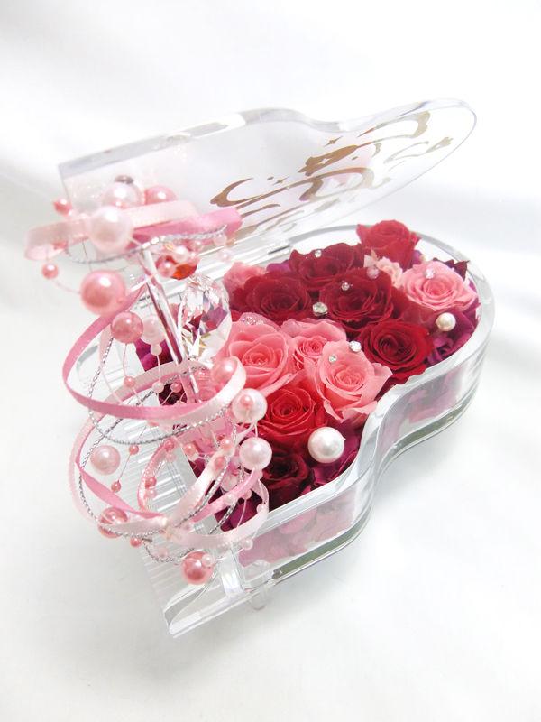 【プリザーブドフラワー/グランドピアノシリーズ】ピンクと赤い薔薇とパールの恋する輝く涙。ピアノに敷き詰められ薔薇色の愛と秘めた思いに輝く涙の宝石